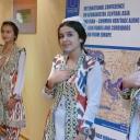 Konferencja hostessy w uzbeckich strojach